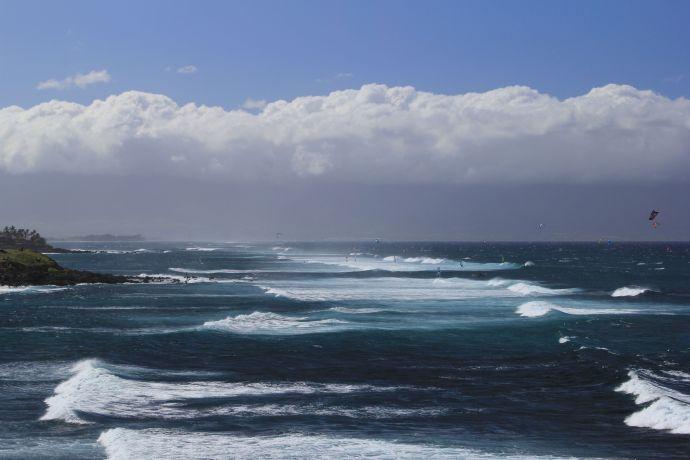 Ho'okipa kite surfers